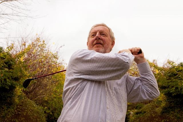 ゴルフにおいてインパクトの時に左肘は伸ばすべきか