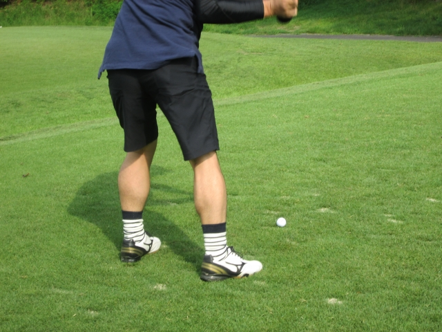 【ゴルフ上達】ダウンスイングのときに右足粘りを意識しよう