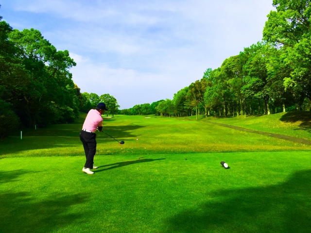 上達する為のゴルフスイングで、正しい右足の使い方を考える