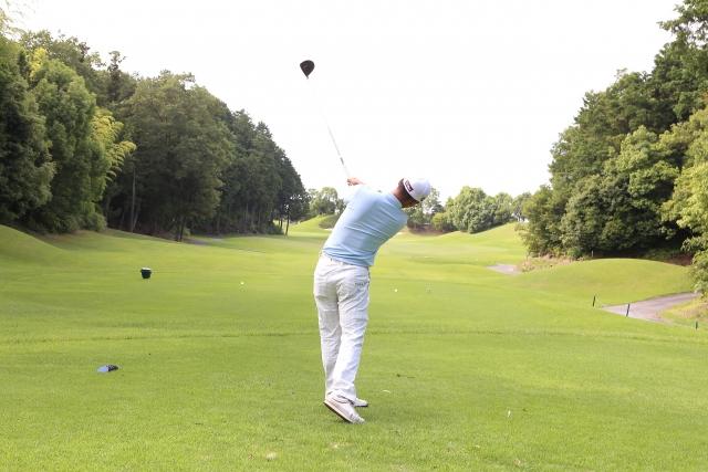 プロゴルファーのスイング動画は、後方からの方が参考になる