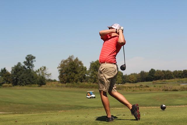ゴルフスイングは体の軸を中心に足腰を使いクラブを振る運動