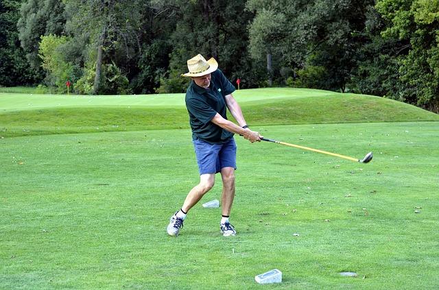 プロゴルファーのようにスイングのフォローで左手を伸ばす