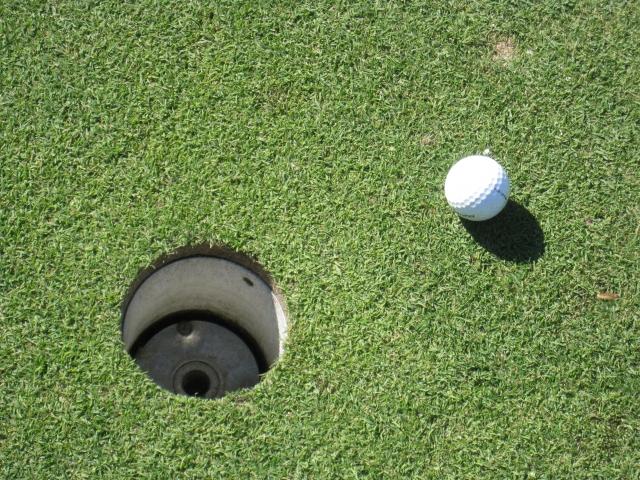 ゴルフ場でカップのサイズが小さく見える時は平常心を鍛える
