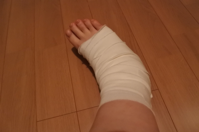 ゴルフ場で骨にヒビが入る程の怪我や患部が腫れた時の対応策