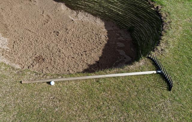 ゴルフのルールにないバンカーレーキの立場と扱い方