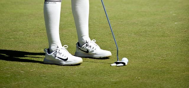 ゴルフシューズのスパイクレス。防水加工されている優れもの