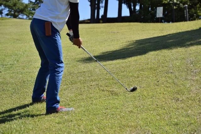 ゴルフで必須な傾斜対策!つま先下がりとつま先上がりの違い