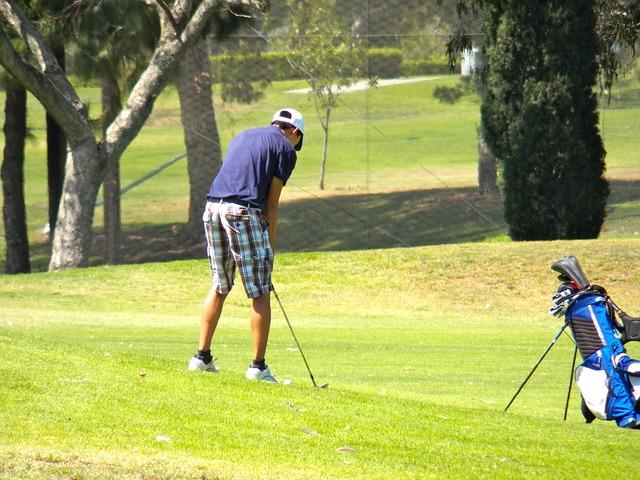 ゴルフ場の傾斜を攻略するためには姿勢とボール位置が大事