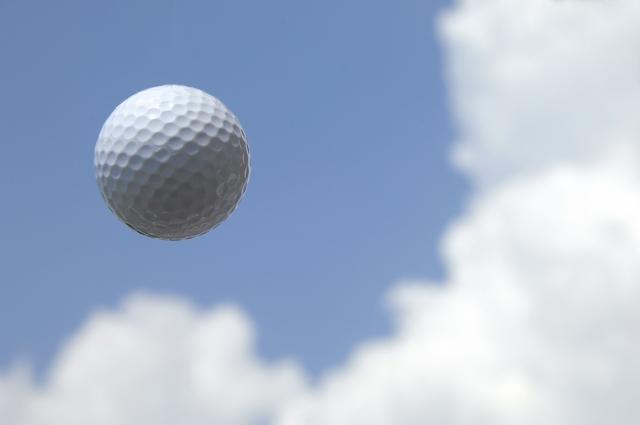 スライスする原因はインパクトでゴルフボールを擦るから?