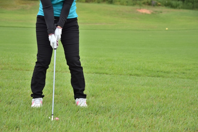 ゴルフコースでは芝の状況によって打ち方に工夫が必要になる