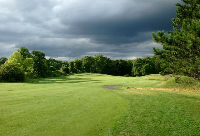 ゴルフ場で突然雨が降っても事前の対策で困ることはない!
