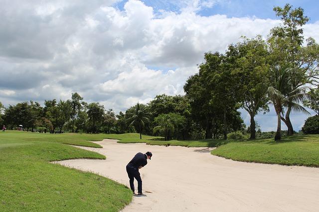 ゴルフのラウンド中にバンカーでシャンクする原因と対策
