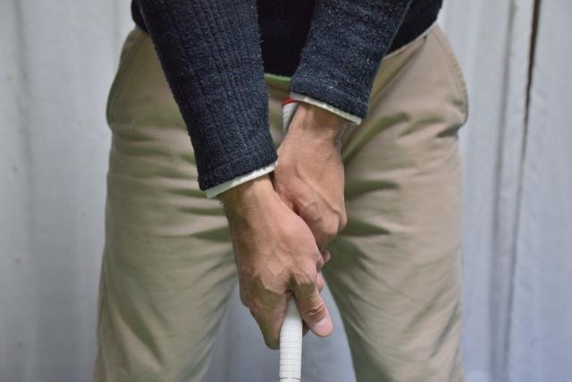 ゴルフクラブをグリップの上から握る理由と効果について