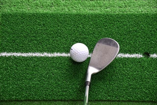 ゴルフのバンカーショットでフェースを開くのは何故なの?