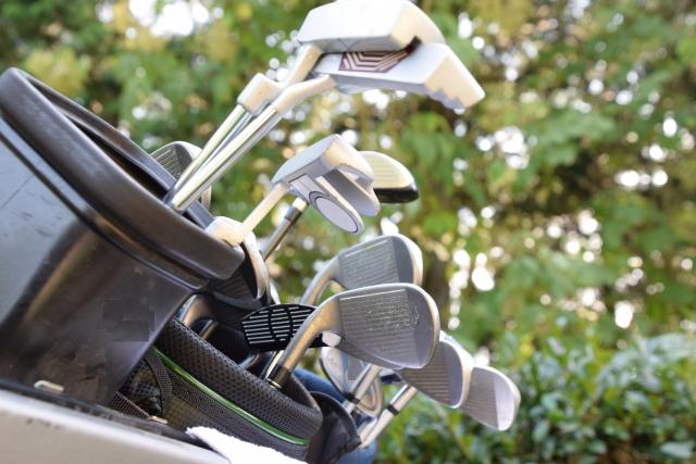 キャディバッグの中のゴルフクラブは何本まで入れている?