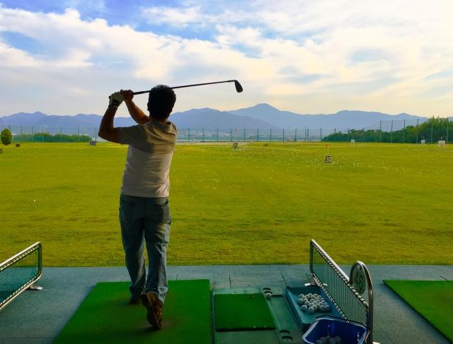 ゴルフ練習場で身についたダフリ癖の原因と対策法