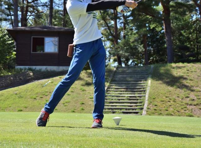 ゴルフスイングがダフるのは腰がスエーしているから?