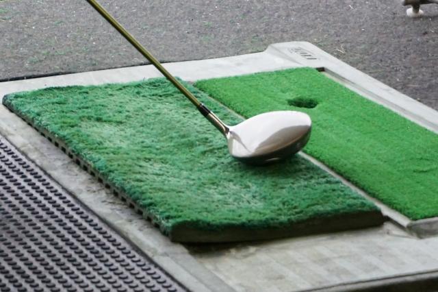 ゴルフ練習場で通常のマットを使ってのラフ打ち習得方法