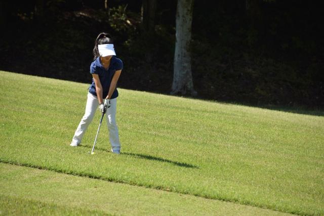 ゴルフ場で遭遇する左足下がりのボール位置と打ち方・飛び方