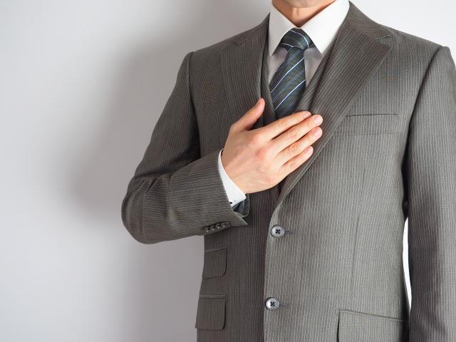 ゴルフ場で受付する時、服装がスーツだったらダメなの?