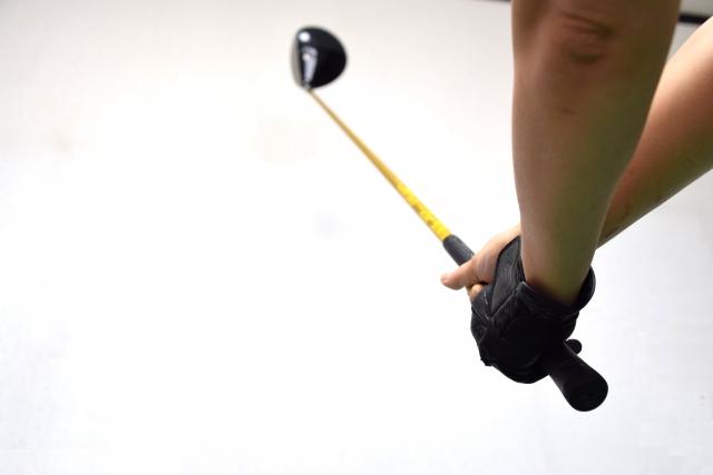 ゴルフスイングの途中で右手を離す本当の理由とは?