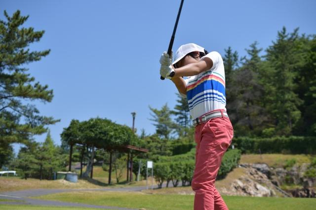 ゴルフスイングでフォローの腕が伸びない原因とその対策法