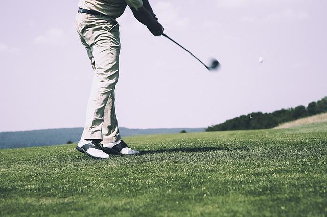 ゴルフスイングで右足を浮かせると理想的な捻転ができる?