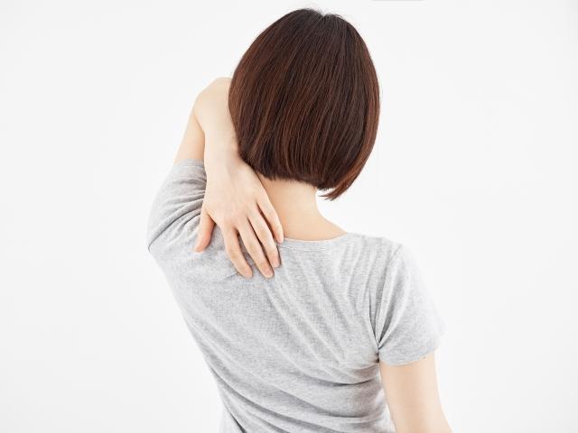 ゴルフスイングが原因で肩甲骨が痛い場合の対策とは?