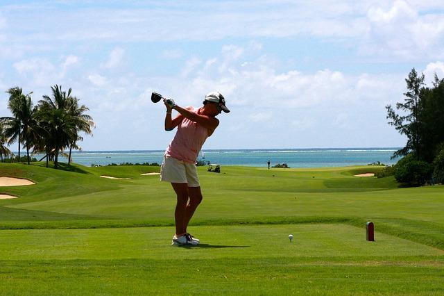 ゴルフで重要なコックと右肘を下向きにして作るヒンジの役割
