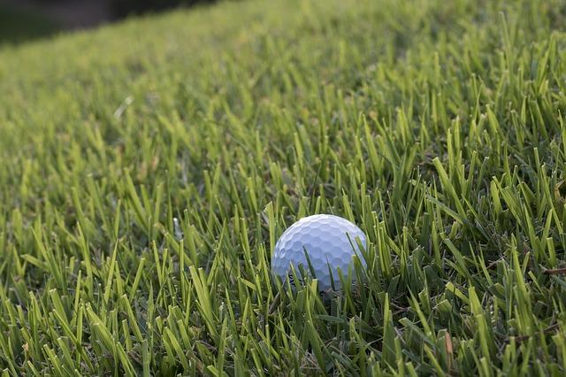 ゴルフで良くある右足下がりの打ち方とボール位置の決め方
