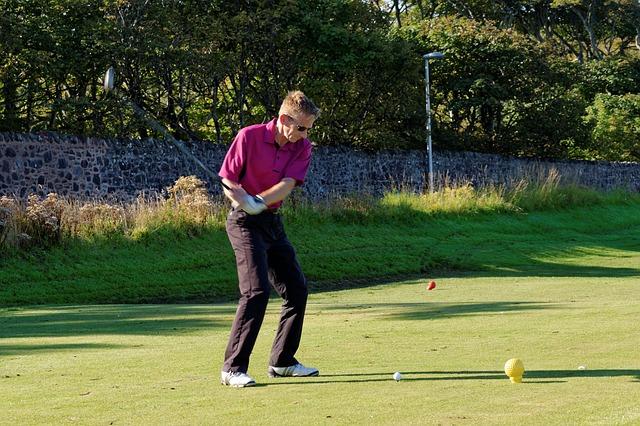 ゴルフスイングで頭が下がるときの原因と解消法