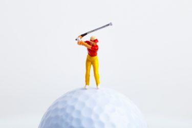 ゴルフスイングでは左足を上げて左膝を曲げるほど踏み込む?